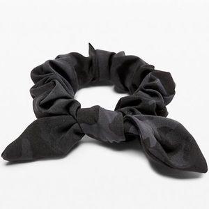 Lululemon NWT Uplifting Scrunchie *Bow Black Camo